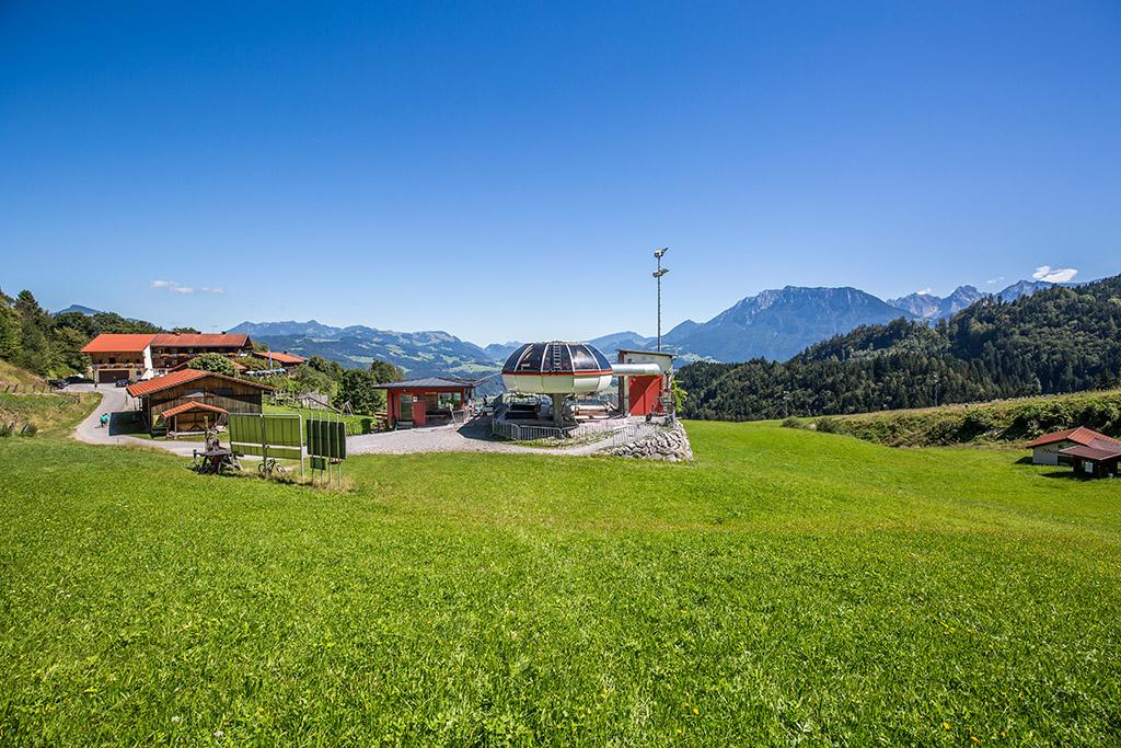 Bergstation Hocheck Bergbahn mit Blick ins Kaisergebirge